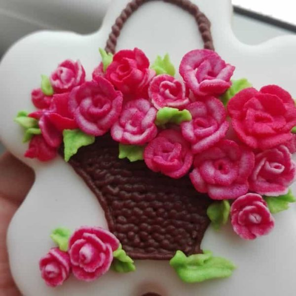Lukrowane ciasteczka Dzień Kobiet, kosz kwiatów