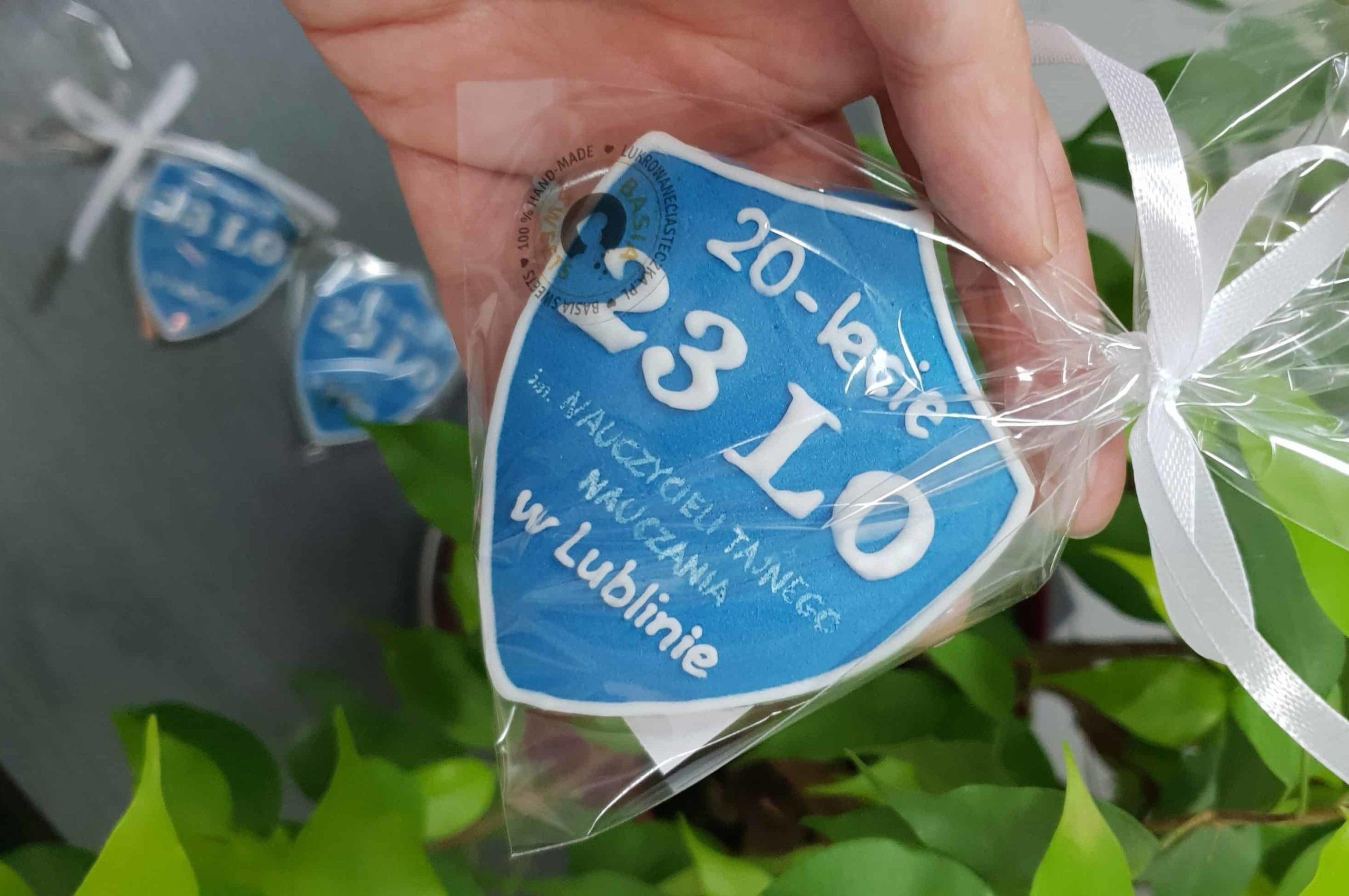 Pierniczki na koniec roku szkolnego - Tarcza szkolna, Lukrowane ciasteczka z logo, tarcza szkolna na jubileusz szkoły, ciastka z logo - Basia sweets