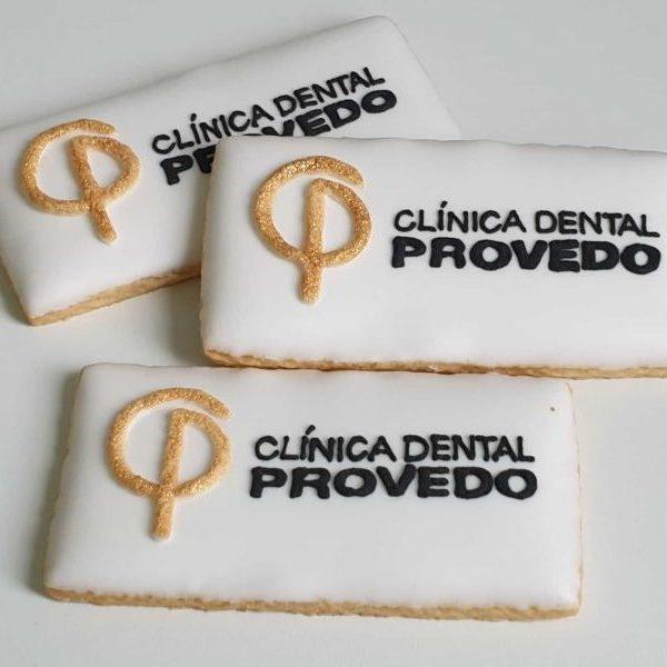 Ciastka reklamowe z prostym logo wykonanym ręcznie, Lukrowane ciasteczka, ciastka reklamowe, clinica dental provedo, ciasteczka z logo, ręcznie dekorowane ciasteczka Basia sweets