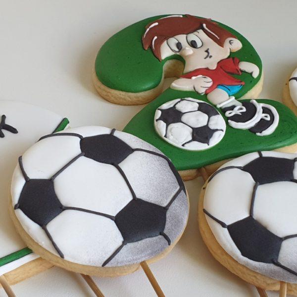 topper na tort, topper z piernika, topper piłkarski, ciasteczka na urodziny, upominki dla gości urodzinowych, lukrowane ciasteczka urodzinowe Basia sweets